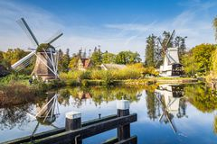 Historisk holländsk plats med två väderkvarnar royaltyfri foto