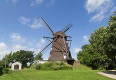 Historisk holländsk stilväderkvarn i Melby, Danmark arkivfoton