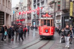 Historisk Istanbul spårvagn i europian del av Istanbul, Istiqlal boulevard arkivbild
