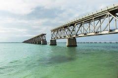 Historisk järnvägbro på Bahia Honda State Park i det en smula överlastad royaltyfri foto