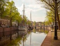 Historisk kanal med gamla segelbåtar i Schiedam, Nederländerna arkivfoton