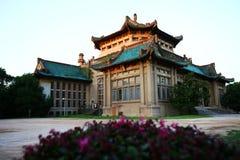 Historisk kinesisk byggnad med solinställningen Arkivbilder