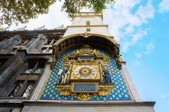 Historisk klocka på Conciergerien i Paris royaltyfria bilder