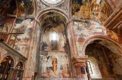 Historisk korridor av den medeltida kyrkan i den forntida ortodoxa kloster Gelati med freskomålningen som byggs i det 12th århund Arkivbild
