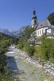 Historisk kyrka bredvid en bergflod arkivbild