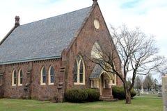 Historisk kyrka i kyrkogård Fotografering för Bildbyråer