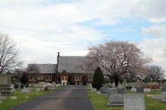 Historisk kyrka i kyrkogård Royaltyfria Bilder