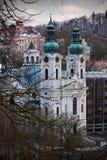 Historisk kyrka i staden fotografering för bildbyråer