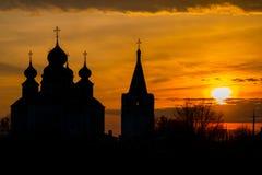 Historisk kyrka, uppståndelsedomkyrka i Starocherkassk Solnedgånghimmel ovanför kyrkan h?rliga kupoler 1706-1719 fotografering för bildbyråer