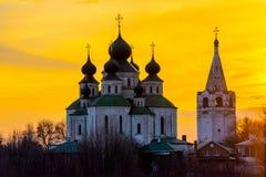 Historisk kyrka, uppståndelsedomkyrka i Starocherkassk Solnedgånghimmel ovanför kyrkan h?rliga kupoler 1706-1719 royaltyfria foton