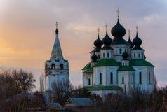 Historisk kyrka, uppståndelsedomkyrka i Starocherkassk Solnedgånghimmel ovanför kyrkan h?rliga kupoler 1706-1719 royaltyfri foto