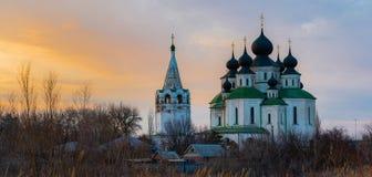 Historisk kyrka, uppståndelsedomkyrka i Starocherkassk Solnedgånghimmel ovanför kyrkan h?rliga kupoler 1706-1719 royaltyfria bilder