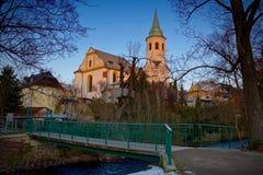 Historisk kyrka vid floden arkivbild