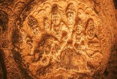 Historisk lättnad med hinduiska gudar som sitter på en elefant Exempel av den forntida indiska arkitekturen i Aihole, Indien Royaltyfria Bilder