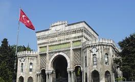 Historisk maingate till det Istanbul universitetet i Istanbul, Turkiet Royaltyfri Bild