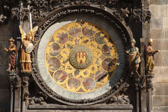 Historisk medeltida astronomisk klocka i Prague på den gamla staden Hal Royaltyfria Bilder