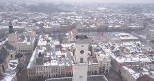 Historisk mitt av den Lviv staden i vinter från över arkivfilmer