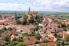 Historisk mitt av den Mikulov staden med chateauen i mitt Royaltyfria Bilder