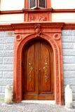 Historisk mitt av Fabriano, Italien - dekorativ husdörr royaltyfria foton