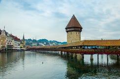 Historisk mitt av Luzern, tornet och träkapellbron, Switz arkivfoto