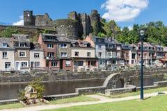 Historisk mittLaRoche-en-Ardenne i belgaren Ardennes med riv royaltyfri bild