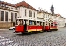 Historisk museumspårvagn i gatorna av Prague, Tjeckien Arkivfoton