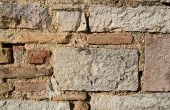 Historisk naturlig stenvägg i Italien Arkivbild