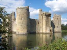 Historisk omgiven med vallgrav Bodiam slott i East Sussex, England arkivbilder