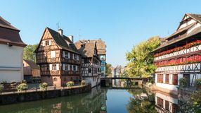 Historisk områdes`-Petite France ` och kanal i Strasbourg, Alsace landskap av Frankrike Arkivfoto
