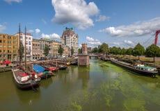 Historisk Oude tillflyktsort med gamla skepp i centrum av Rotterdam fotografering för bildbyråer