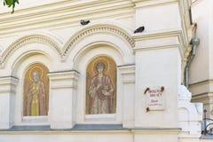 Historisk platta som dekoreras med det St George bandet, på väggen av domkyrkan av intervention av Theotokosen Arkivfoton