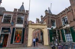 Historisk port i den gamla staden av Leiden, Nederländerna Arkivfoto