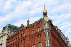Historisk röd byggnad för triangel Royaltyfri Fotografi