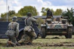 Historisk reenactment av soldater som anfaller en behållare under set royaltyfri foto