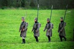 Historisk reenactment för Borodino strid i Ryssland Marschera soldater Arkivfoto