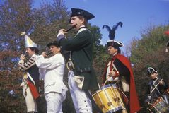 Historisk Reenactment, nya Windsor, NY, krig för amerikansk revolutionär, pickolaflöjt och handelsresande i nedgångläger Arkivfoto