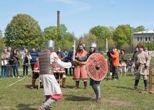 Historisk rekonstruktion av svärdstridighet Demonstrativ kamp med svärd i St Petersb Royaltyfri Fotografi