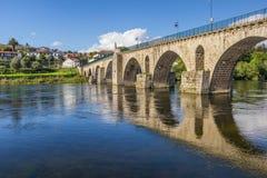 Historisk roman bro i Ponte da Barca arkivbilder