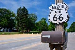 Historisk rutt 66 undertecknar in Missouri Arkivfoton