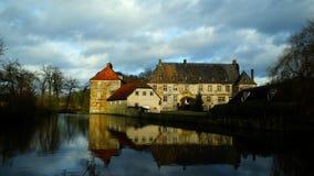 Historisk Schloss Tatenhausen för vattenslott` ` i Kreis Guetersloh, norr Rhen-Westphalia, Tyskland fotografering för bildbyråer