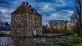 Historisk Schloss Tatenhausen för vattenslott` ` i Kreis Guetersloh, norr Rhen-Westphalia, Tyskland royaltyfri fotografi
