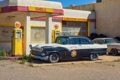 Historisk Shell bensinstation i den övergav minstaden av Lowell, Arizona royaltyfria bilder