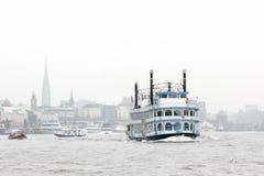 Historisk skyttel som svävar på den Hamburg floden Royaltyfri Bild