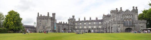 Historisk slott och trädgårdar i kilkenny Royaltyfri Foto