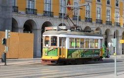 Historisk spårvagn i Alfama Lissabon Arkivbilder