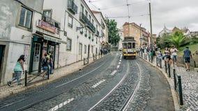 Historisk spårvagn i Alfama, Lissabon, Portugal Royaltyfri Fotografi