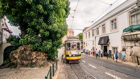 Historisk spårvagn i Alfama, Lissabon, Portugal Royaltyfria Bilder