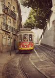 Historisk spårvagn i gatan i Portugal Arkivfoto