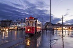Historisk spårvagn på den Taksim fyrkanten Arkivbild