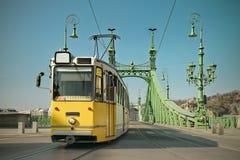 Historisk spårvagn på frihetsbron i Budapest, tonad bild fotografering för bildbyråer